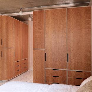 Пример оригинального дизайна: хозяйская спальня среднего размера в современном стиле с бежевыми стенами и разноцветным полом без камина