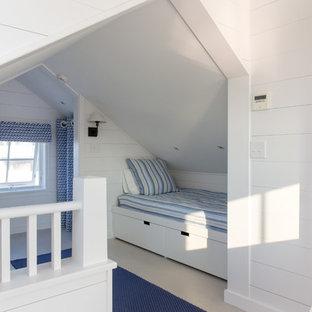 Modelo de dormitorio tipo loft, marinero, pequeño, con paredes blancas y suelo de madera pintada