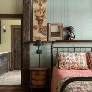 Modelo de habitación de invitados rural, de tamaño medio, con paredes verdes, suelo de madera en tonos medios y suelo marrón