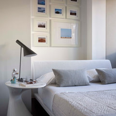 modern bedroom by West Chin Architect
