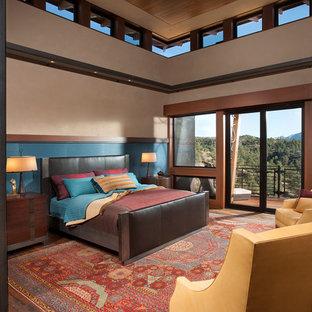 Ejemplo de dormitorio principal, de estilo americano, grande, con paredes beige, suelo marrón y suelo de madera oscura