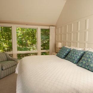 Imagen de dormitorio principal, moderno, de tamaño medio, con paredes beige, suelo de madera en tonos medios y suelo naranja