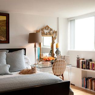 Modelo de dormitorio principal, tradicional renovado, de tamaño medio, con paredes blancas y suelo de madera clara