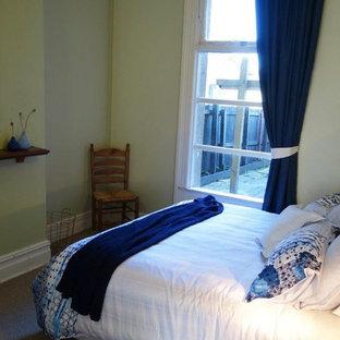 Diseño de dormitorio principal, actual, grande, sin chimenea, con paredes verdes, moqueta y marco de chimenea de metal