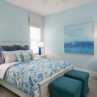Idéer för att renovera ett maritimt gästrum, med blå väggar, heltäckningsmatta och grått golv