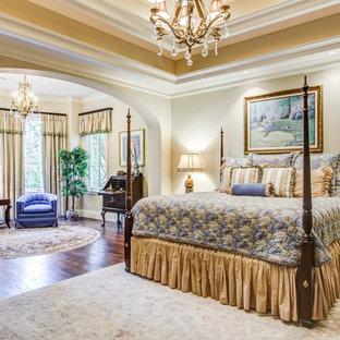 Diseño de dormitorio principal y con escritorio, tradicional, extra grande, con paredes beige y suelo de madera en tonos medios