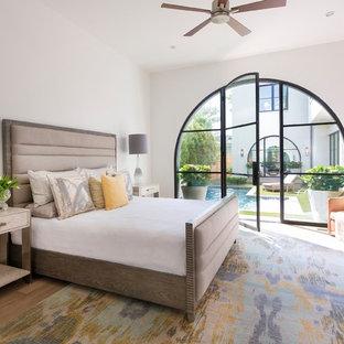 Idéer för att renovera ett medelhavsstil sovrum, med vita väggar och ljust trägolv