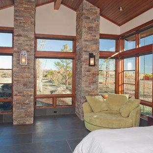 Ejemplo de dormitorio principal, de estilo americano, grande, sin chimenea, con paredes beige, suelo de pizarra y suelo gris
