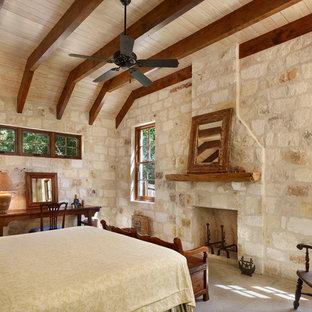 Foto di una camera da letto stile rurale con cornice del camino in pietra