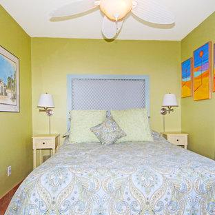 Diseño de habitación de invitados marinera con paredes verdes, suelo de baldosas de cerámica y suelo naranja