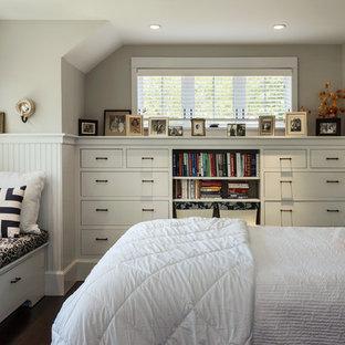 Пример оригинального дизайна интерьера: спальня в морском стиле с серыми стенами и темным паркетным полом без камина