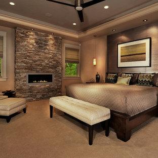 Idéer för funkis sovrum, med heltäckningsmatta och en bred öppen spis