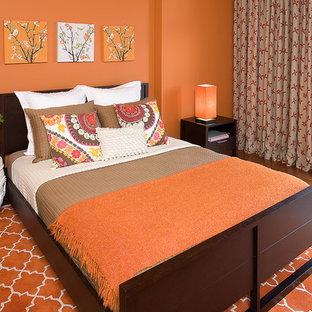 Mittelgroßes Eklektisches Gästezimmer ohne Kamin mit oranger Wandfarbe, orangem Boden und braunem Holzboden in San Francisco