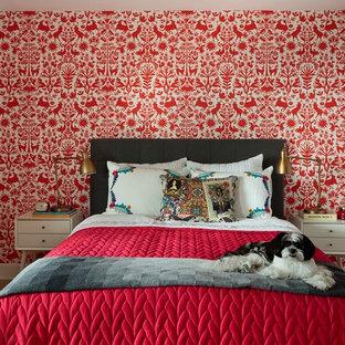 Mittelgroßes Modernes Schlafzimmer mit roter Wandfarbe und hellem Holzboden in Los Angeles