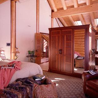 Foto de dormitorio principal, rural, con paredes beige y moqueta