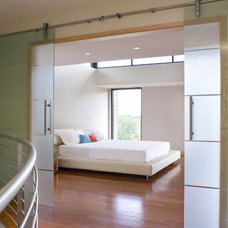 Contemporary Bedroom by LLB Architects