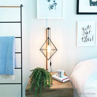 Imagen de dormitorio principal, minimalista, de tamaño medio, con paredes blancas, moqueta y suelo beige