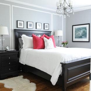 Выдающиеся фото от архитекторов и дизайнеров интерьера: маленькая спальня в классическом стиле с серыми стенами и паркетным полом среднего тона без камина для хозяев