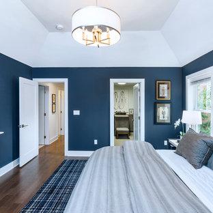 Bild på ett mellanstort vintage huvudsovrum, med blå väggar, mörkt trägolv och brunt golv