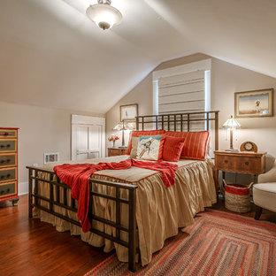 Modelo de dormitorio de estilo americano, de tamaño medio, sin chimenea, con paredes beige, suelo de madera oscura y suelo naranja