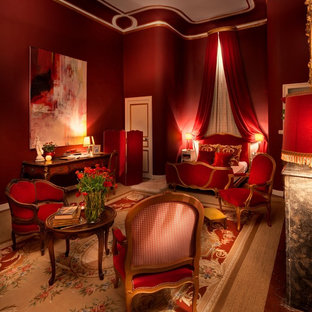 Exemple d'une grande chambre parentale chic avec un mur rouge et aucune cheminée.