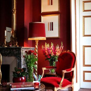 Réalisation d'une grand chambre parentale tradition avec un mur rouge, aucune cheminée et un sol rouge.