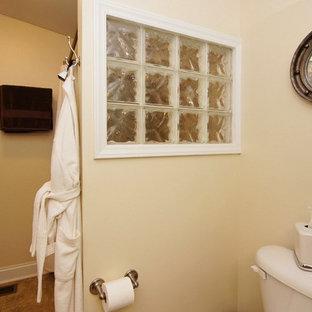 ローリーの小さいコンテンポラリースタイルのおしゃれな主寝室 (黄色い壁、セラミックタイルの床) のレイアウト