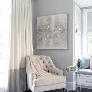 Идея дизайна: маленькая хозяйская спальня в морском стиле с серыми стенами, паркетным полом среднего тона и коричневым полом