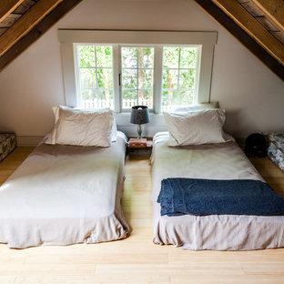 ローリーの小さいカントリー風おしゃれな寝室 (白い壁、竹フローリング) のインテリア