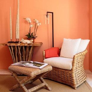 Foto de habitación de invitados mediterránea, de tamaño medio, con parades naranjas y suelo de travertino