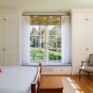 フィラデルフィアの中くらいのカントリー風おしゃれな主寝室 (黄色い壁、無垢フローリング、暖炉なし) のインテリア