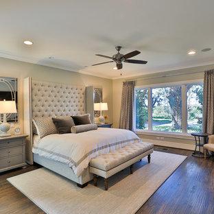 Cette image montre une chambre traditionnelle avec un mur beige, un sol en bois foncé et un sol marron.
