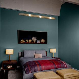 Foto de habitación de invitados industrial, de tamaño medio, con paredes azules y suelo de madera en tonos medios