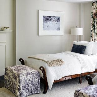 Идея дизайна: гостевая спальня в классическом стиле с бежевыми стенами, темным паркетным полом, стандартным камином и фасадом камина из кирпича