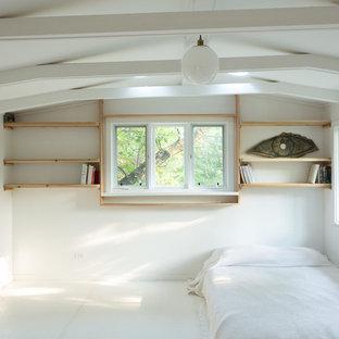 Foto de dormitorio tipo loft, escandinavo, de tamaño medio, sin chimenea, con paredes blancas y suelo de mármol