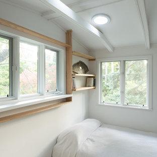 シカゴの中サイズの北欧スタイルのおしゃれなロフト寝室 (白い壁、大理石の床、暖炉なし) のレイアウト