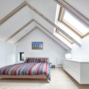 Foto di una camera da letto contemporanea con pareti bianche e parquet chiaro