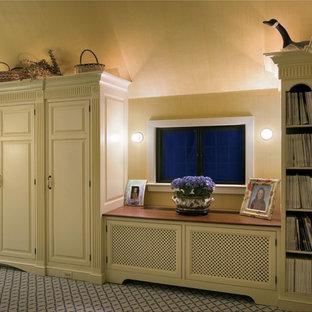 Diseño de dormitorio principal, clásico, grande, con paredes amarillas, moqueta, chimenea tradicional, marco de chimenea de madera y suelo beige