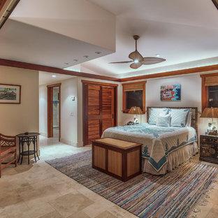 Imagen de habitación de invitados exótica, de tamaño medio, con paredes beige y suelo de piedra caliza