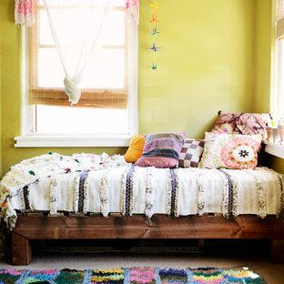 Ejemplo de habitación de invitados bohemia, de tamaño medio, con paredes amarillas y moqueta