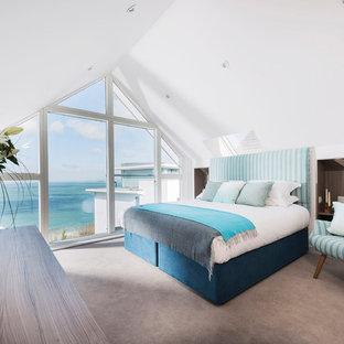 Foto de dormitorio principal, marinero, con paredes blancas y moqueta