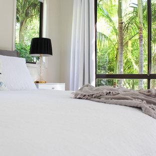 Ejemplo de dormitorio principal, tradicional, grande, con paredes beige, suelo de corcho y suelo marrón
