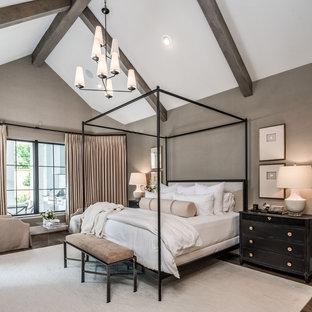Klassisches Hauptschlafzimmer mit beiger Wandfarbe, Kamin und Kaminumrandung aus Metall in Houston