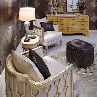 Aménagement d'une grande chambre éclectique avec un mur marron.