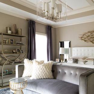 Inspiration för ett stort funkis huvudsovrum, med grå väggar, heltäckningsmatta och vitt golv