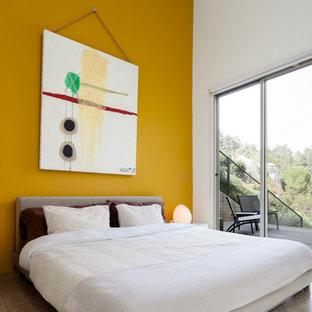 Идея дизайна: гостевая спальня среднего размера в стиле модернизм с желтыми стенами и полом из керамической плитки без камина