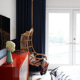 Exempel på ett modernt huvudsovrum, med flerfärgade väggar och klinkergolv i porslin