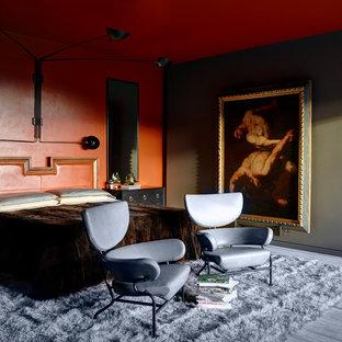 ロサンゼルスのエクレクティックスタイルのおしゃれな主寝室 (赤い壁、グレーの床) のレイアウト