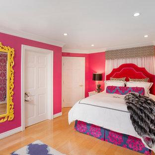 Modelo de dormitorio principal, bohemio, de tamaño medio, con paredes rosas y suelo de madera clara