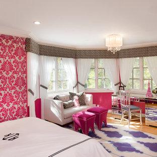 Diseño de dormitorio principal, bohemio, de tamaño medio, con paredes rosas y suelo de madera clara